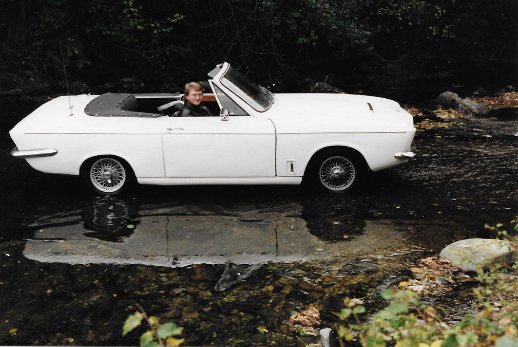 Bond Equipe convertible white XPF 272G broad.jpg