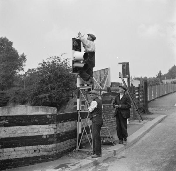 workmen-work-on-traffic-lights-in-swanley-1936-10989593.jpg
