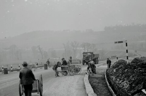 road-works-at-farningham-in-kent-workmen-10982555.jpg